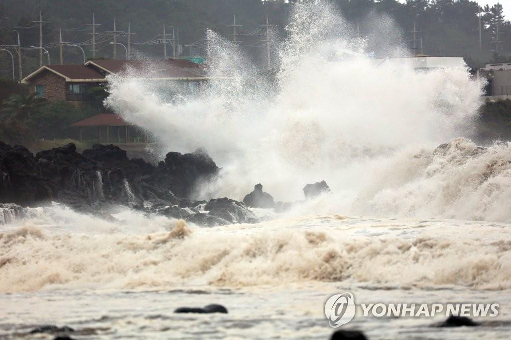 """资料图片:10月2日,台风""""米娜""""影响济州,西归浦市表善面兔山里前海大浪拍岸。 韩联社"""