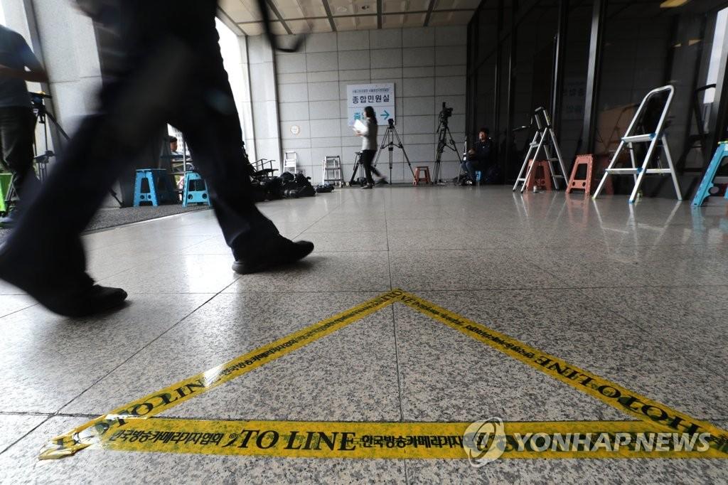 资料图片:10月3日,在首尔中央地方检察厅,媒体正在等待法务部长曹国妻子结束受讯。 韩联社