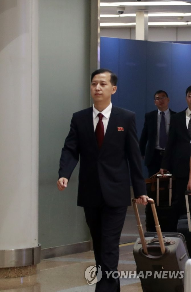 资料图片:10月3日,朝鲜外务省美国研究所研究员郑南赫(音)现身北京首都国际机场。 韩联社