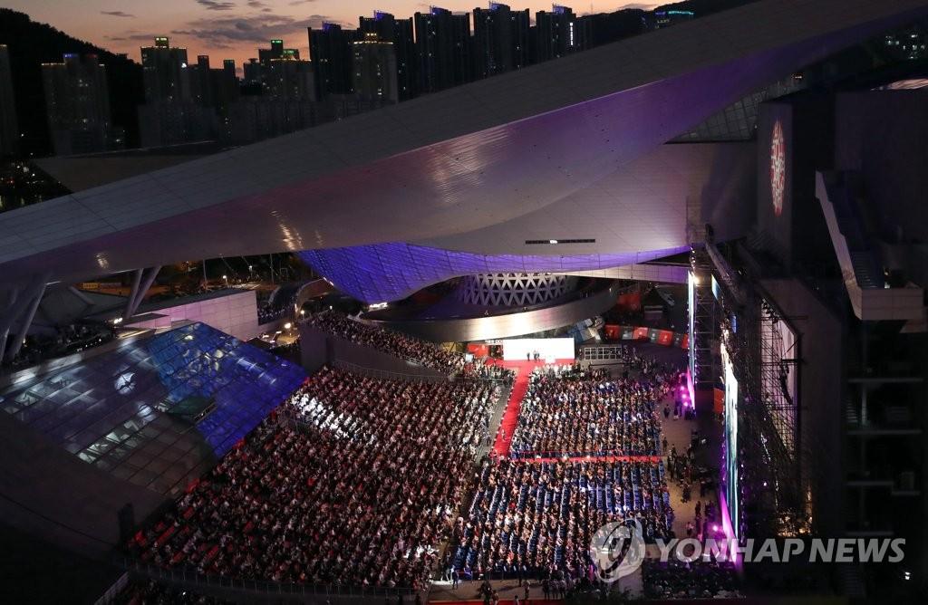10月3日,第24届釜山国际电影节在釜山市海云台电影殿堂户外剧场开幕。 韩联社