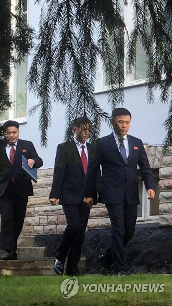 当地时间10月4日,在斯德哥尔摩,朝美工作层磋商朝方代表团走出朝鲜驻瑞典使馆。朝美约定当天进行预备性磋商,貌似朝鲜外务省前美国局长权正根的人士(右一)等人于上午9点40分许乘黑色中巴离开使馆。 韩联社