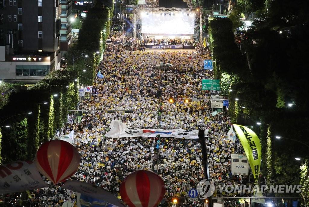 资料图片:10月5日下午,在首尔市瑞草区,进步派公民团体举行大规模集会。 韩联社