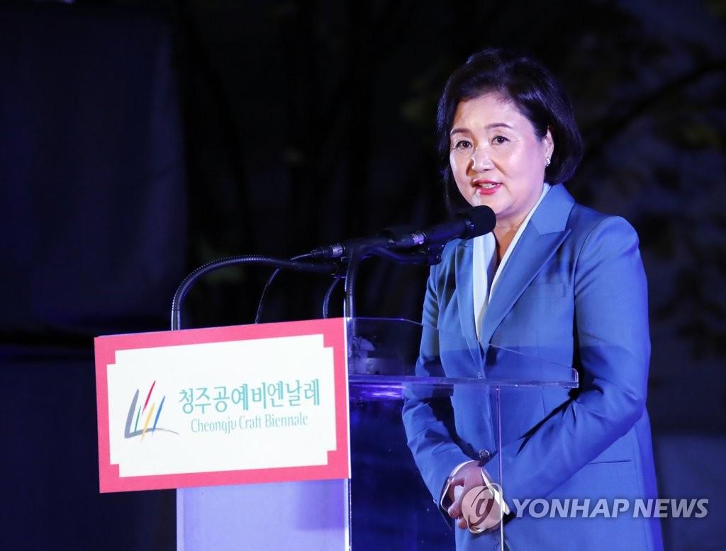 10月7日下午,在清州,金正淑在清州工艺双年展开幕式上致贺词。 韩联社