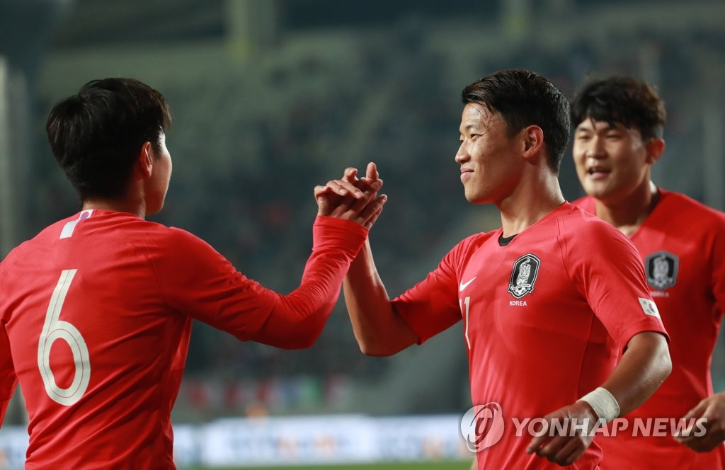 黃喜灿(右二)进球后与队友击掌庆祝。 韩联社