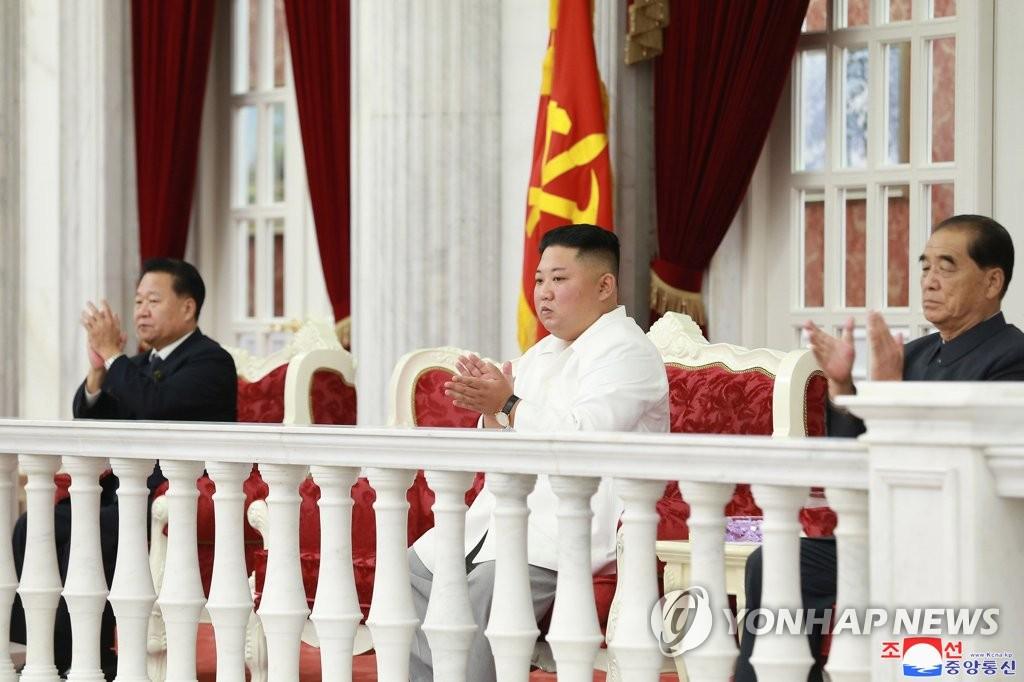 10月10日,金正恩(左二)观看劳动党建党74周年庆祝演出。 韩联社/朝中社(图片仅限韩国国内使用,严禁转载复制)