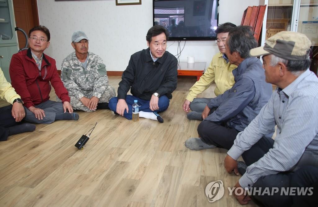 韩总理与灾民对话