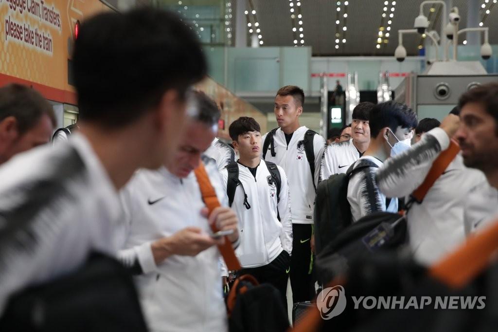 韩国足球代表队飞抵平壤备战世预赛