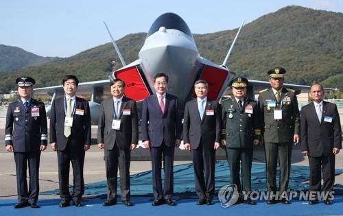 韩总理为下一代战机模型揭幕