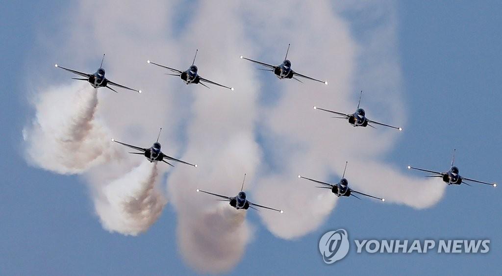 """10月15日,在位于京畿道城南的首尔机场,韩国空军特技飞行队""""黑鹰""""在2019首尔国际航空航天暨军工业展览会(ADEX,简称首尔航展)开幕式上进行飞行表演。 韩联社"""
