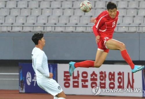 朝鲜球员头球瞬间