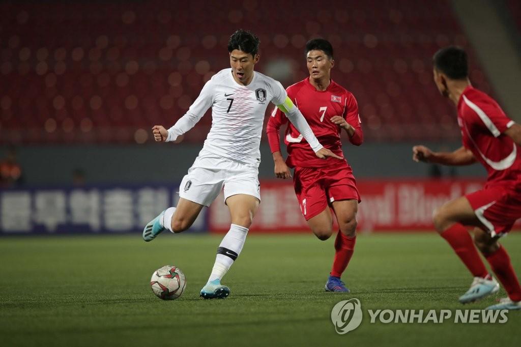 资料图片:图为世预赛韩朝对决现场,白色球衣是韩国队。 韩联社/大韩足球协会供图(图片严禁转载复制)