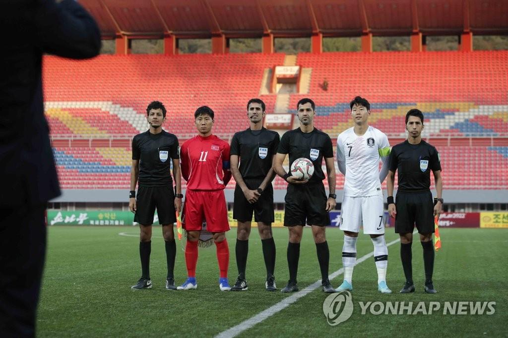 韩朝男足队长合影