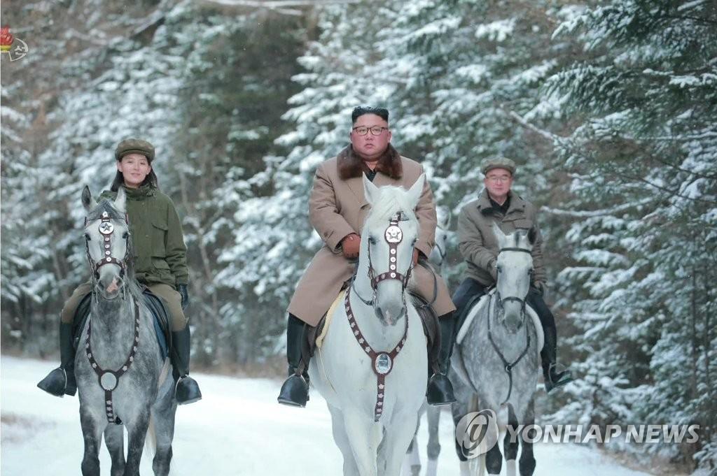 朝鲜中央电视台16日公开的金正恩在白头山骑白马图。 韩联社/朝鲜央视(图片仅限韩国国内使用,严禁转载复制)