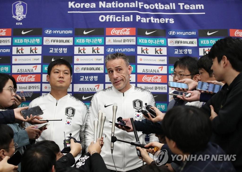 10月17日,韩国男足国家队在结束平壤对决后经由北京飞抵韩国。图为主教练本托接受采访。 韩联社