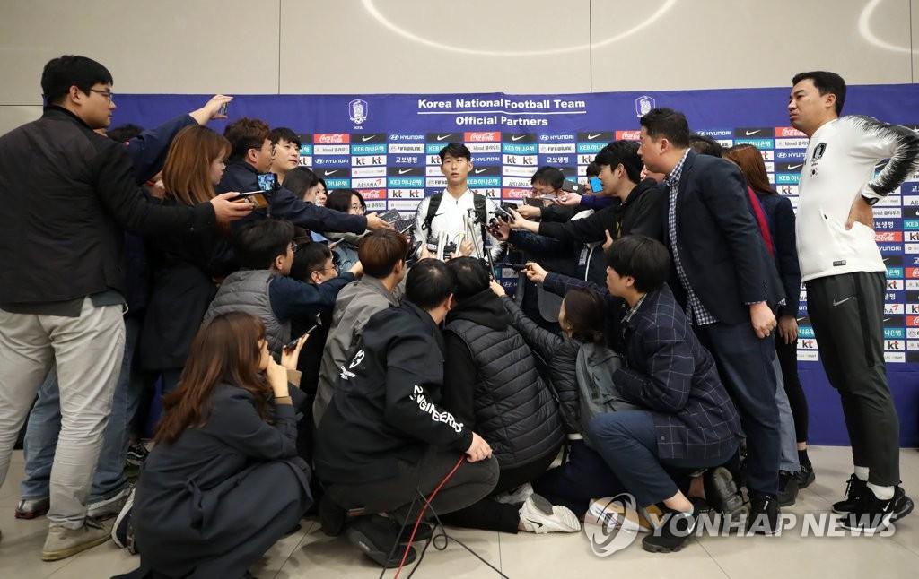 10月17日,韩国男足国家队在结束平壤对决后经由北京飞抵韩国。图为孙兴慜接受媒体采访。 韩联社