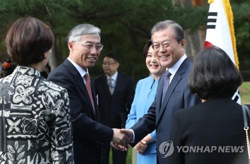 文在寅握手中国驻韩大使