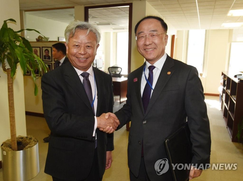 韩财长与亚投行行长合影