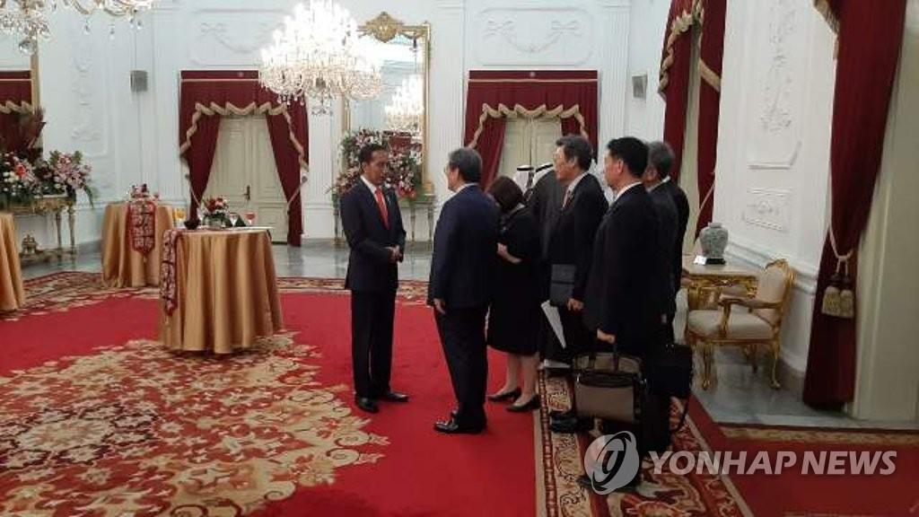 当地时间10月20日,在雅加达印尼总统府,青瓦台秘书室长卢英敏(左二)拜访印尼总统佐科·维多多(左一)。 韩联社/韩国驻印尼大使馆供图(图片严禁转载复制)