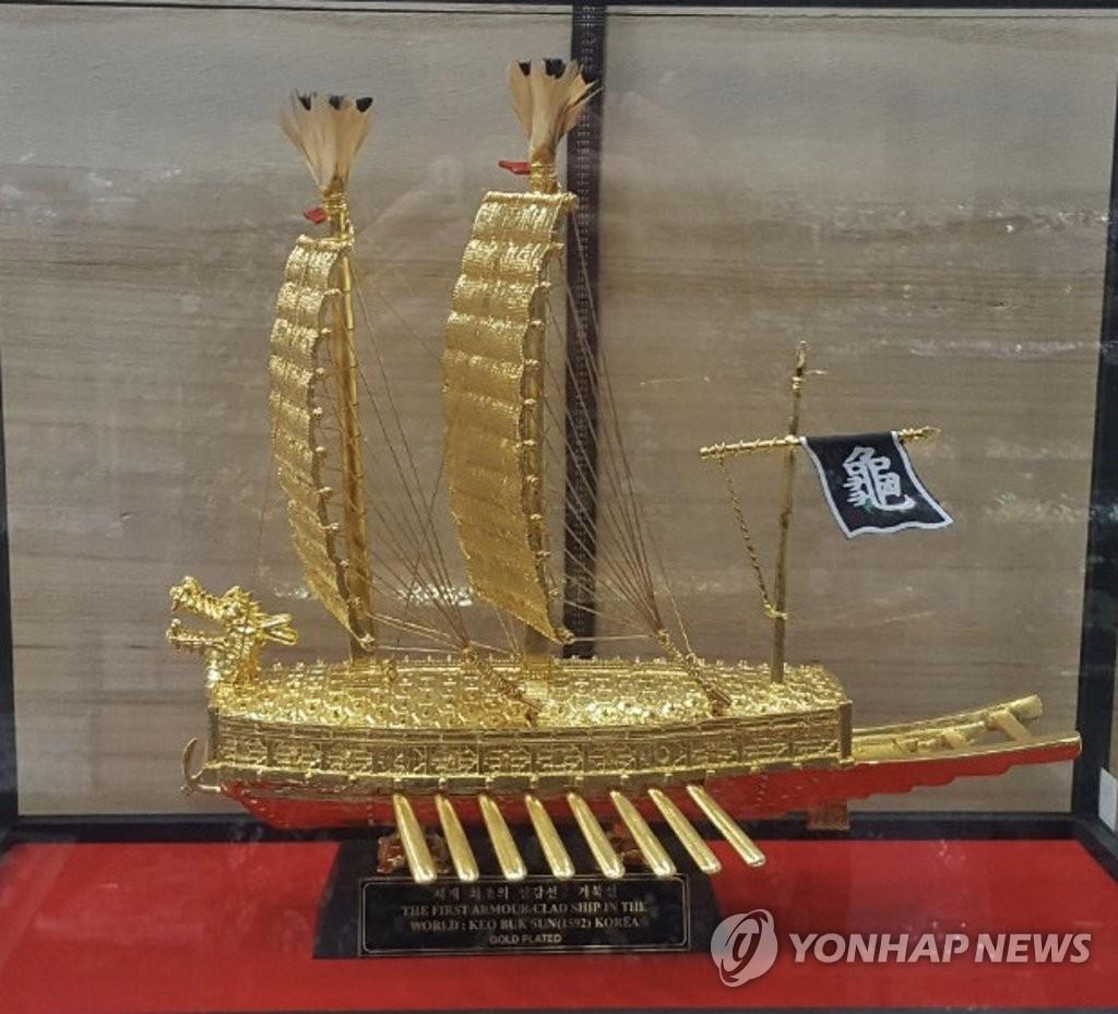 图为文在寅向佐科赠送的龟船模型。 韩联社/韩国驻印尼大使馆供图(图片严禁转载复制)