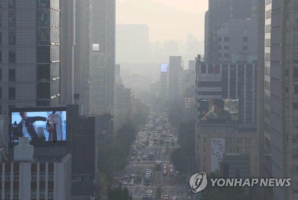 10月21日上午,首尔市区被雾霾笼罩。 韩联社