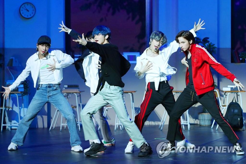 10月21日,在首尔延世大学百周年纪念馆,男团TXT在首张正规专辑《THE DREAM CHAPTER:MAGIC》抢听会上表演新歌。 韩联社