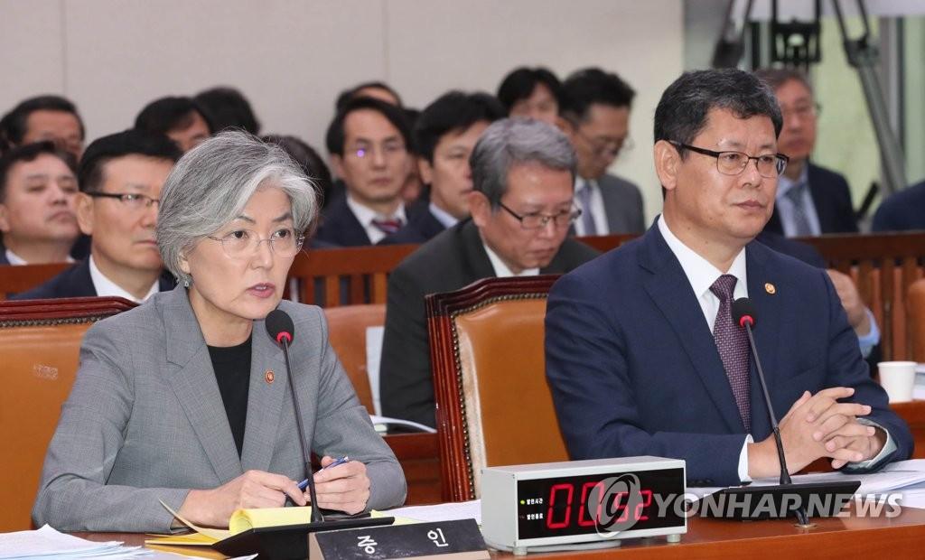 10月21日,在国会,康京和(左)答议员问。统一部长官金炼铁与她并排而坐,一起接受外委会国政监查。 韩联社