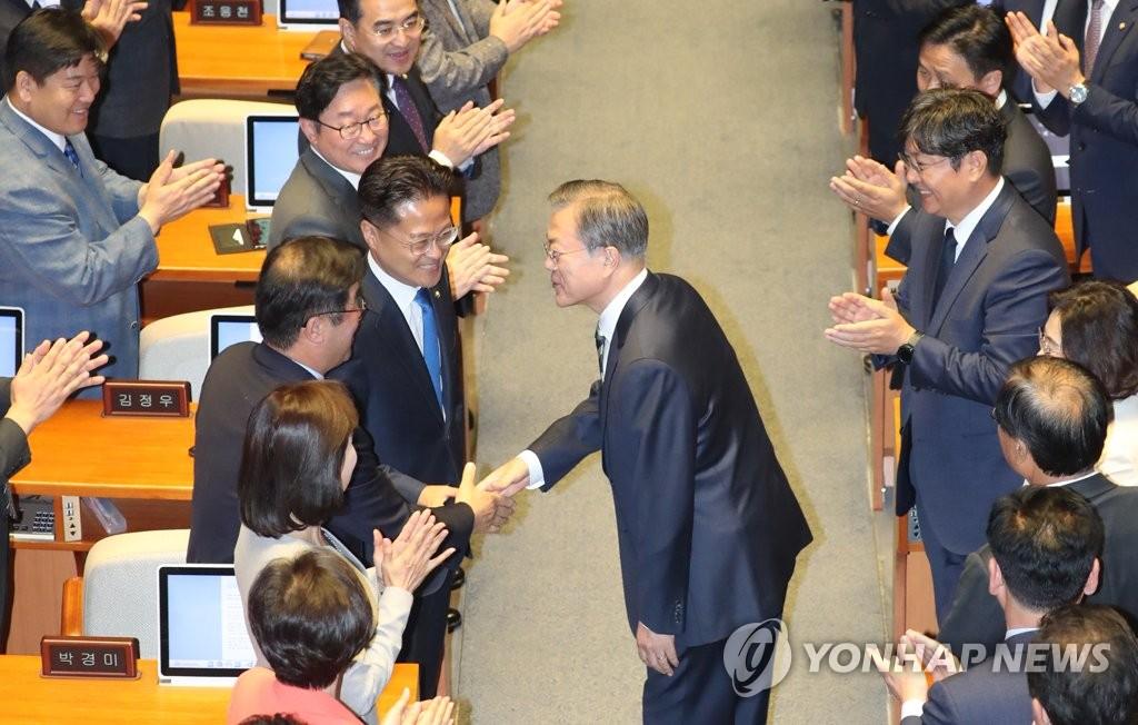 文在寅与议员握手