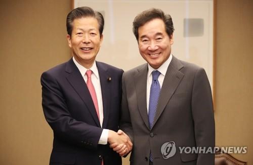韩总理与日本公明党党首握手