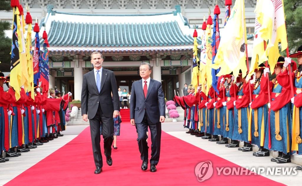 韩西领导人检阅仪仗队