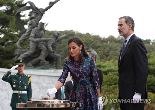 西班牙国王夫妇参拜显忠院