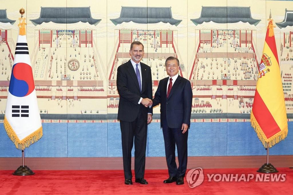 10月23日,在青瓦台,文在寅和费利佩六世在会谈前握手。 韩联社