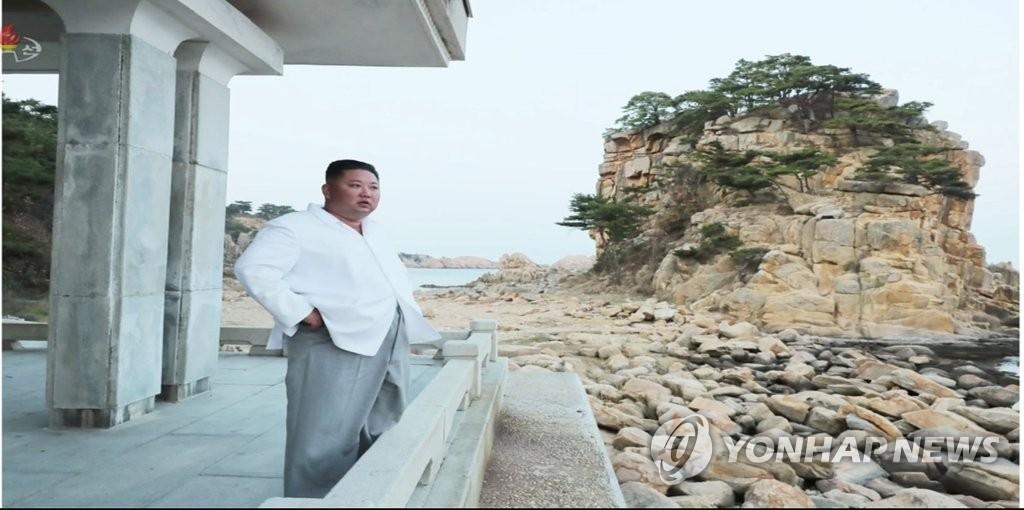 资料图片:据朝鲜中央电视台10月23日报道,朝鲜国务委员会委员长金正恩对金刚山旅游区进行现场指导并指示拆除旅游区内的韩方设施。 韩联社/朝鲜央视(图片仅限韩国国内使用,严禁转载复制)