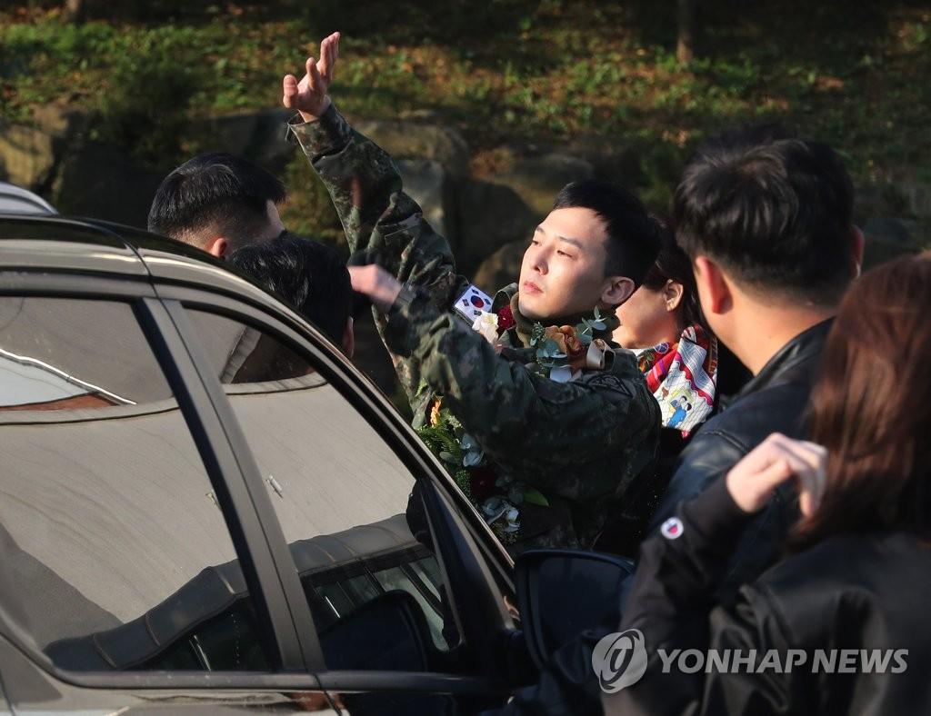 10月26日,GD在乘车前向粉丝们挥手致意。 韩联社