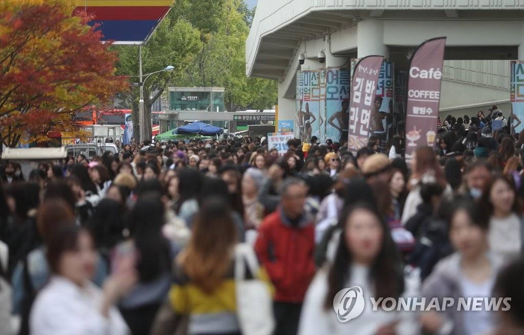 资料图片:10月26日,防弹少年团在首尔蚕室综合运动场主竞技场举行演唱会,演出场地周边挤满粉丝。 韩联社