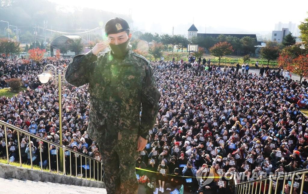 10月26日,在京畿道龙仁市地上作战司令部前,BIGBANG成员G-DRAGON(GD,权志龙)行举手礼。GD当天服完兵役退伍,来自韩中日等国的约3000名粉丝前来应援。 韩联社