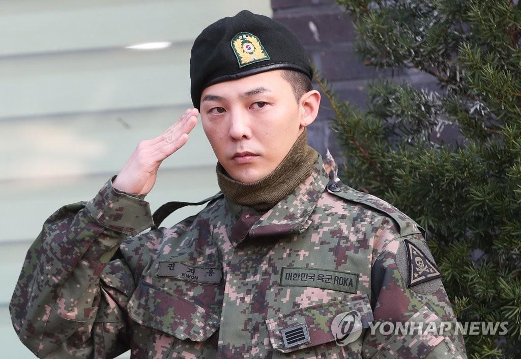 资料图片:10月26日,在京畿道龙仁市地上作战司令部前,BIGBANG成员G-DRAGON行举手礼。GD当天服完兵役退伍,来自韩中日等国的约3000名粉丝前来应援。 韩联社