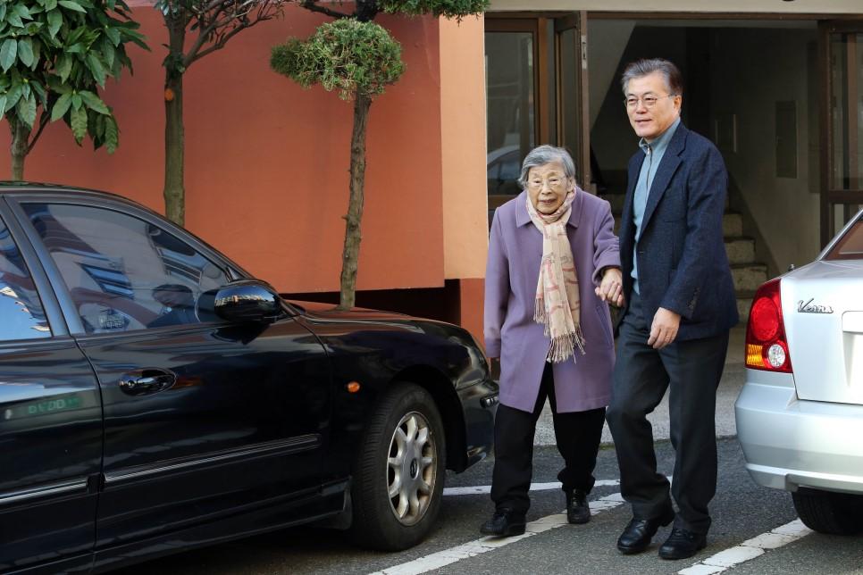 资料图片:2016年12月25日,文在寅与母亲姜韩玉女士出行。 韩联社/文在寅总统官方博客(图片严禁转载复制)