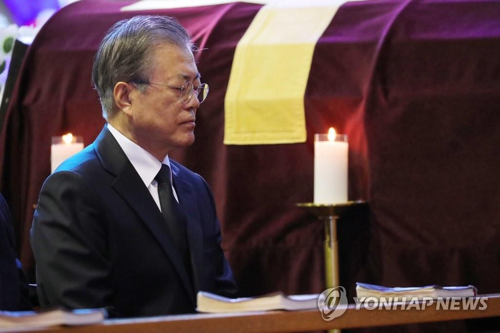 10月31日,在釜山市南川教堂,文在寅出席母亲的葬礼弥撒。 韩联社