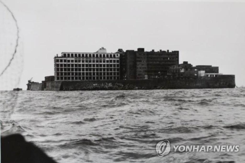 资料图片:韩国行政安全部国家记录院10月31日发布的军舰岛全景照 韩联社