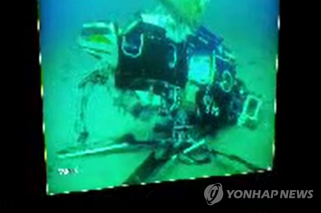 韩坠海直升机两名遇难者遗体打捞出水