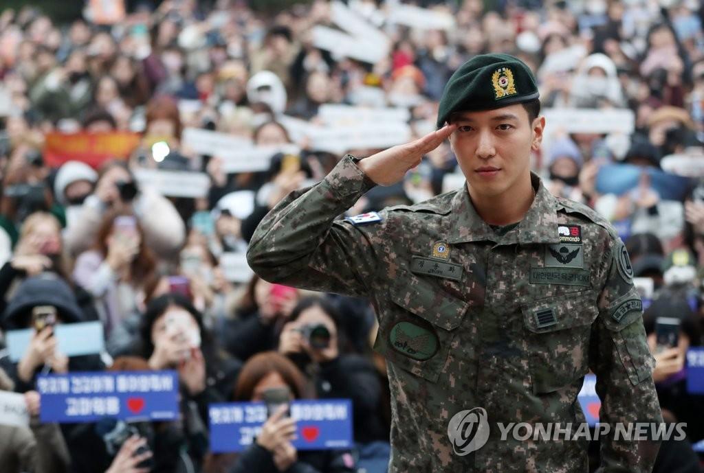 CNBLUE队长郑容和正式退伍