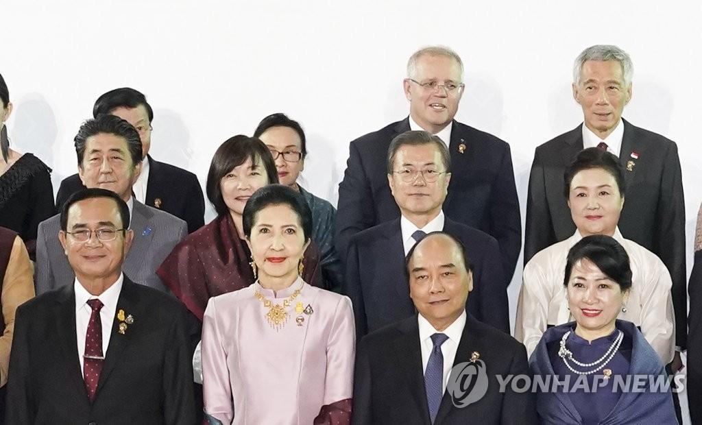资料图片:11月3日,在泰国曼谷,韩国总统文在寅(二排右二)和夫人金正淑女士(二排右一)出席东道主泰国为各国领导人举行的欢迎晚宴。 韩联社