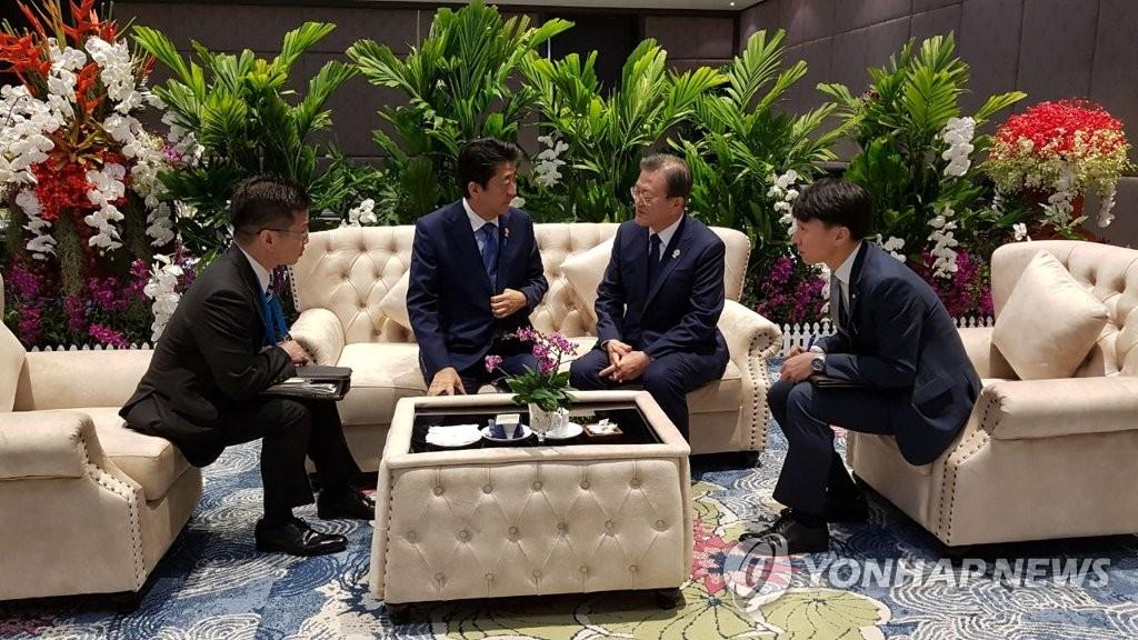 11月4日,在泰国曼谷,韩国总统文在寅(右二)会见日本首相安倍晋三(左二)。 韩联社