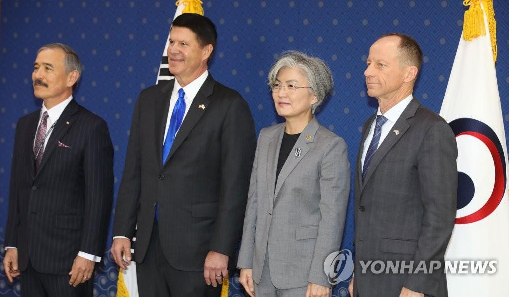 11月6日,在韩国外交部大楼,韩国外长康京和(右二)接见美国驻韩大使哈里斯(左起)、美国副财长克拉奇和亚太助卿史迪威。 韩联社
