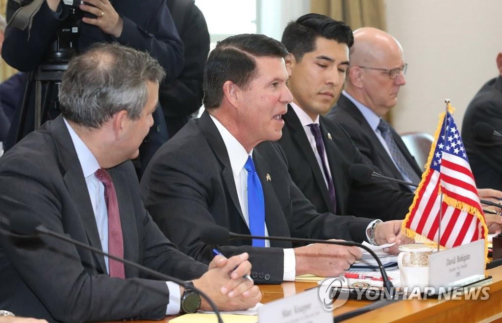 资料图片:2019年11月6日,美国国务院主管经济事务的副国务卿克拉奇(左二)在第四次韩美战略经济对话上发言。 韩联社