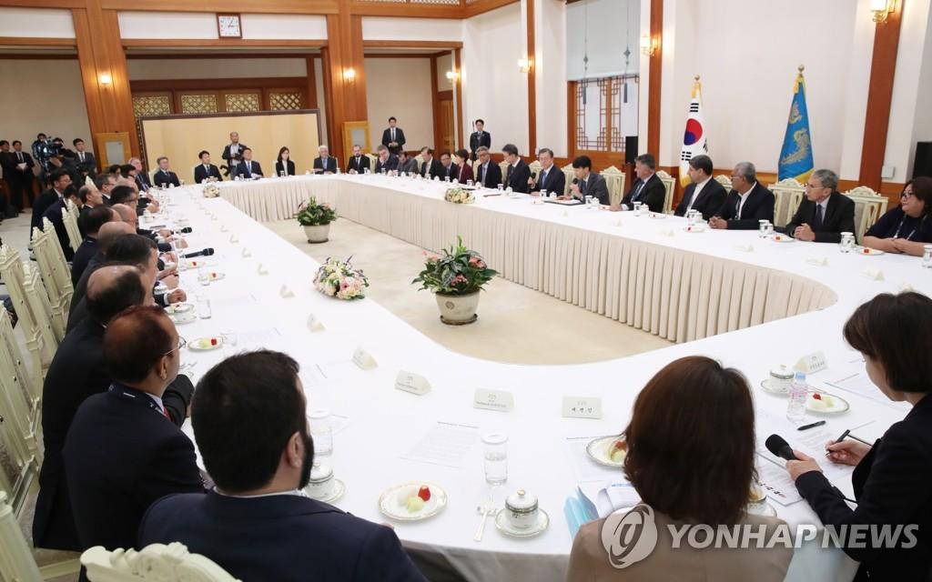11月7日,韩国总统文在寅在青瓦台接见亚洲太平洋通讯社组织(亚通组织,OANA)代表团。 韩联社