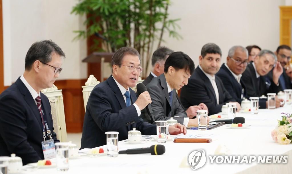 11月7日,韩国总统文在寅(左二)在青瓦台接见亚通组织代表团。左一为韩联社社长赵成富。 韩联社