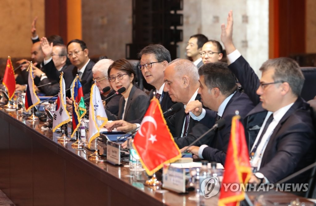 亚通组织新任秘书长李东旼(右五)选任现场 韩联社