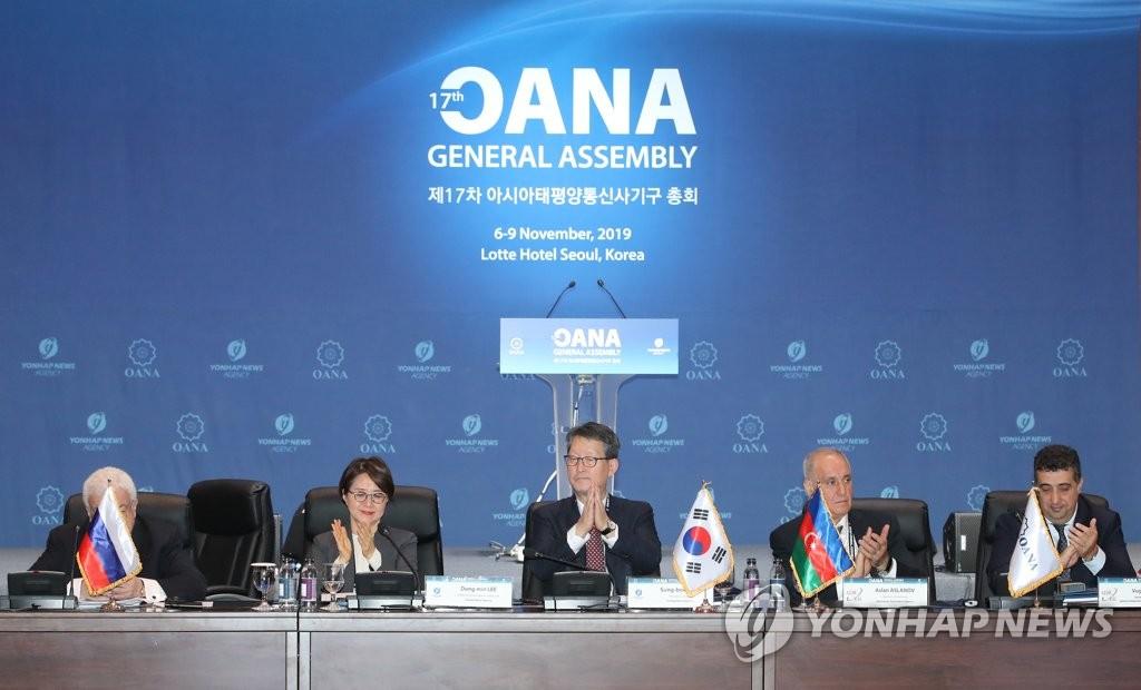 亚通组织新任主席赵成富(左三)和新任秘书长李东旼(左二) 韩联社