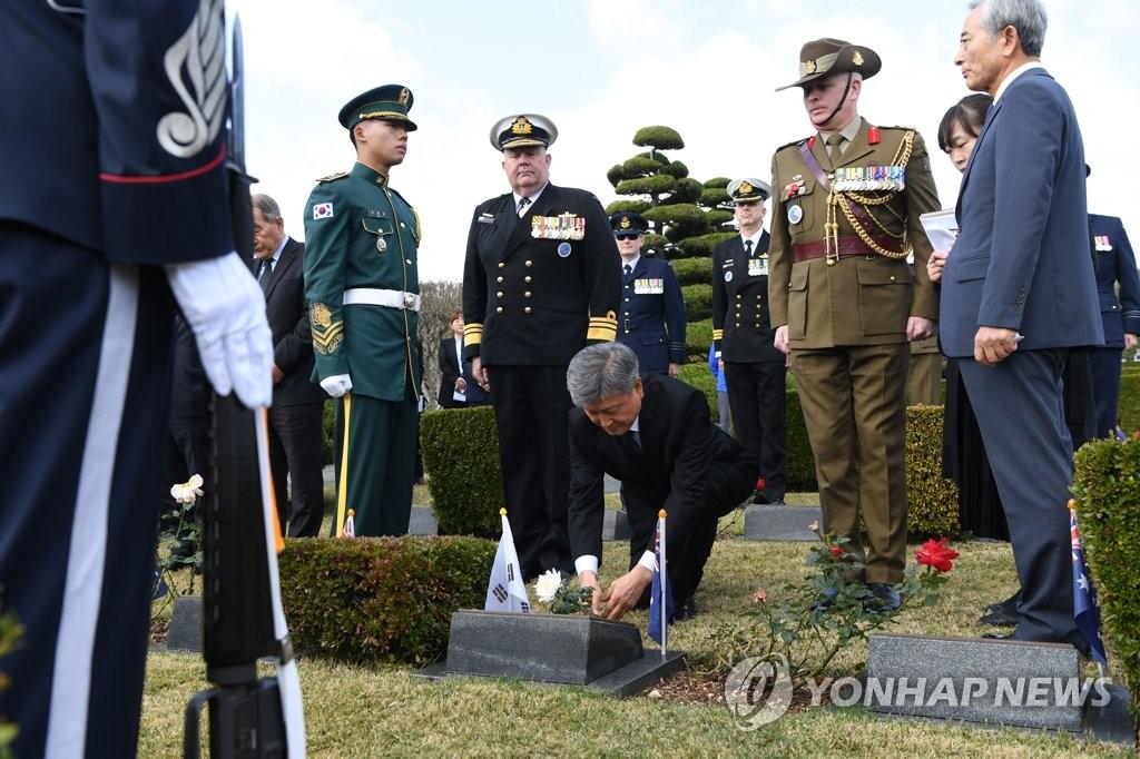 11月11日上午,在釜山联合国纪念公墓,朴三德在詹姆斯·帕特里克·当特墓前敬献鲜花。 韩联社